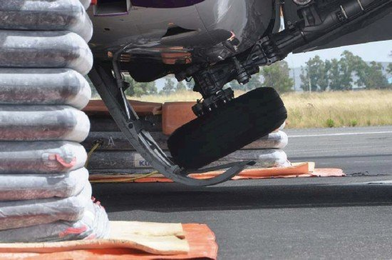 The A320 left main gear stuck on the partially opened door (photo: ANSV)