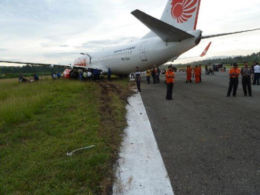 The airplane came to rest on the runway shoulder (photo: NTSC)